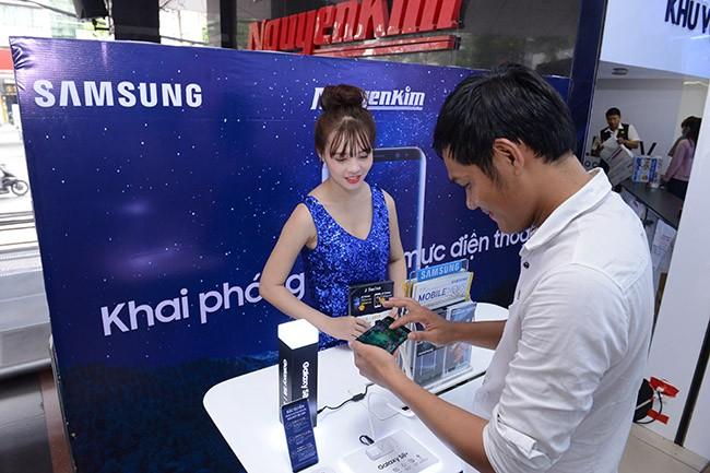 """Galaxy S8 Plus """"đắt sô"""" ngày đầu mở bán tại Việt Nam ảnh 4"""