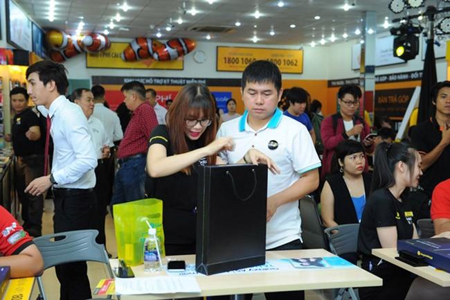 """Galaxy S8 Plus """"đắt sô"""" ngày đầu mở bán tại Việt Nam ảnh 6"""
