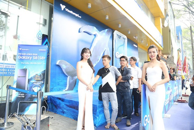 """Galaxy S8 Plus """"đắt sô"""" ngày đầu mở bán tại Việt Nam ảnh 11"""
