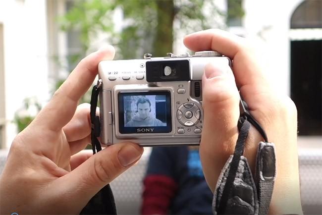 Đánh lừa nhận diện mống mắt Galaxy S8 bằng máy ảnh và kính áp tròng ảnh 1