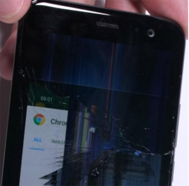 Thử độ bền HTC U11: vỡ màn hình sau khi bị uốn cong ảnh 1