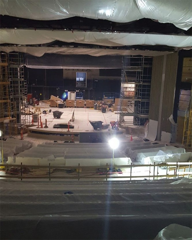Quang cảnh bên trong nhà hát Steve Jobs chuẩn bị cho lễ ra mắt iPhone ảnh 1