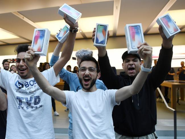 iPhone X: chen lấn xô đẩy ở Singapore, xếp hàng dài ở Úc, Nhật, Nga, Anh; nụ cười trở lại ảnh 10
