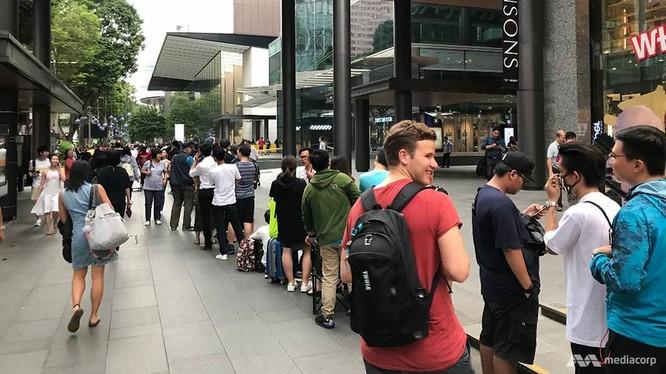 iPhone X: chen lấn xô đẩy ở Singapore, xếp hàng dài ở Úc, Nhật, Nga, Anh; nụ cười trở lại ảnh 1
