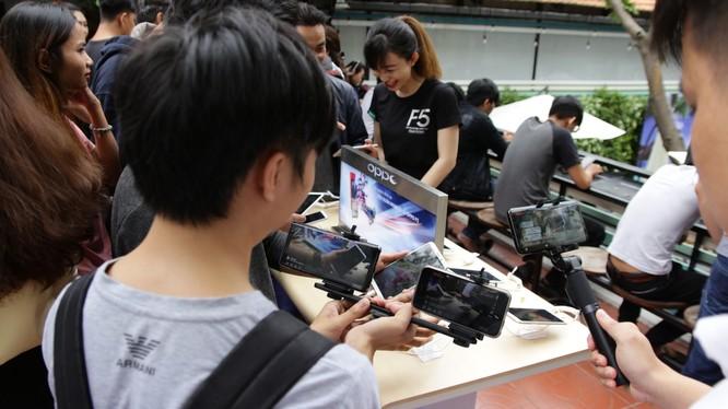 """Trải nghiệm chụp ảnh, """"chiến"""" game Liên Quân Mobile với Oppo F5 ảnh 1"""
