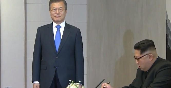 Toàn cảnh cuộc gặp lịch sử giữa Chủ tịch Triều Tiên Kim Jong Un và Tổng thống Hàn Quốc Moon Jae In ảnh 17