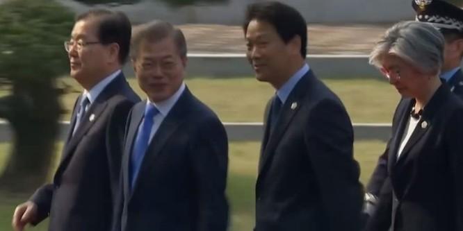 Toàn cảnh cuộc gặp lịch sử giữa Chủ tịch Triều Tiên Kim Jong Un và Tổng thống Hàn Quốc Moon Jae In ảnh 1