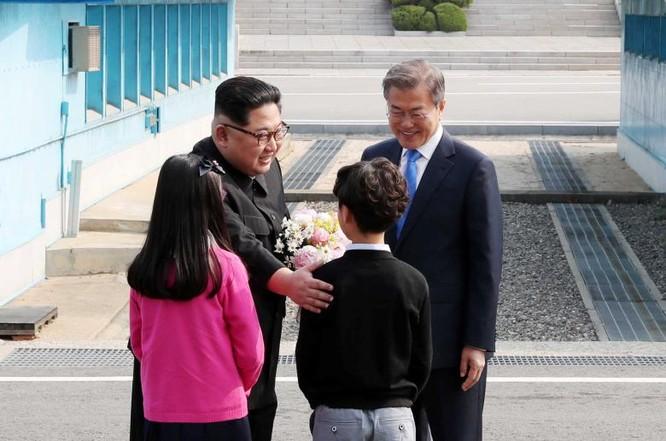 Toàn cảnh cuộc gặp lịch sử giữa Chủ tịch Triều Tiên Kim Jong Un và Tổng thống Hàn Quốc Moon Jae In ảnh 8