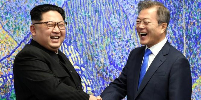 Toàn cảnh cuộc gặp lịch sử giữa Chủ tịch Triều Tiên Kim Jong Un và Tổng thống Hàn Quốc Moon Jae In ảnh 23