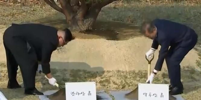 Toàn cảnh cuộc gặp lịch sử giữa Chủ tịch Triều Tiên Kim Jong Un và Tổng thống Hàn Quốc Moon Jae In ảnh 27