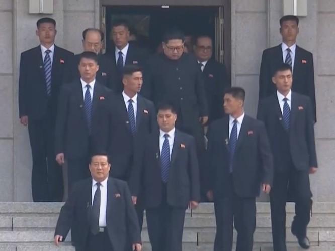Toàn cảnh cuộc gặp lịch sử giữa Chủ tịch Triều Tiên Kim Jong Un và Tổng thống Hàn Quốc Moon Jae In ảnh 3