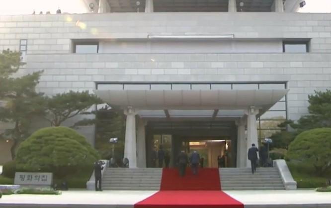 Toàn cảnh cuộc gặp lịch sử giữa Chủ tịch Triều Tiên Kim Jong Un và Tổng thống Hàn Quốc Moon Jae In ảnh 31