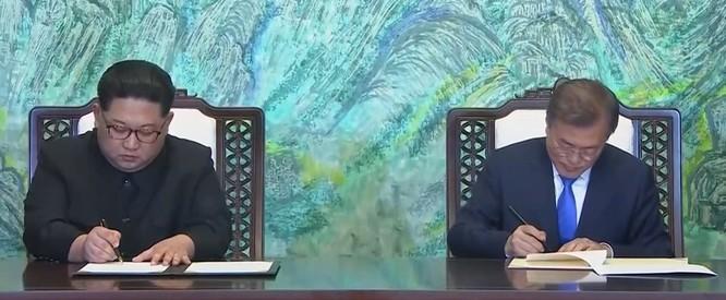 Toàn cảnh cuộc gặp lịch sử giữa Chủ tịch Triều Tiên Kim Jong Un và Tổng thống Hàn Quốc Moon Jae In ảnh 33