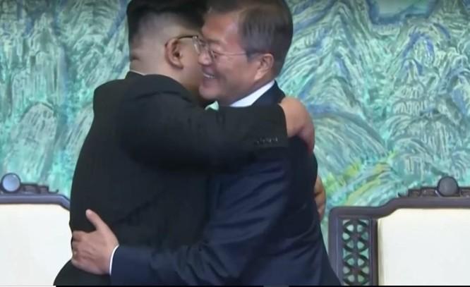 Toàn cảnh cuộc gặp lịch sử giữa Chủ tịch Triều Tiên Kim Jong Un và Tổng thống Hàn Quốc Moon Jae In ảnh 35