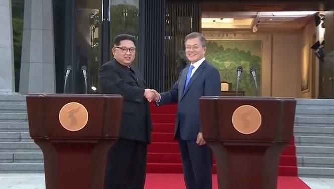Toàn cảnh cuộc gặp lịch sử giữa Chủ tịch Triều Tiên Kim Jong Un và Tổng thống Hàn Quốc Moon Jae In ảnh 38
