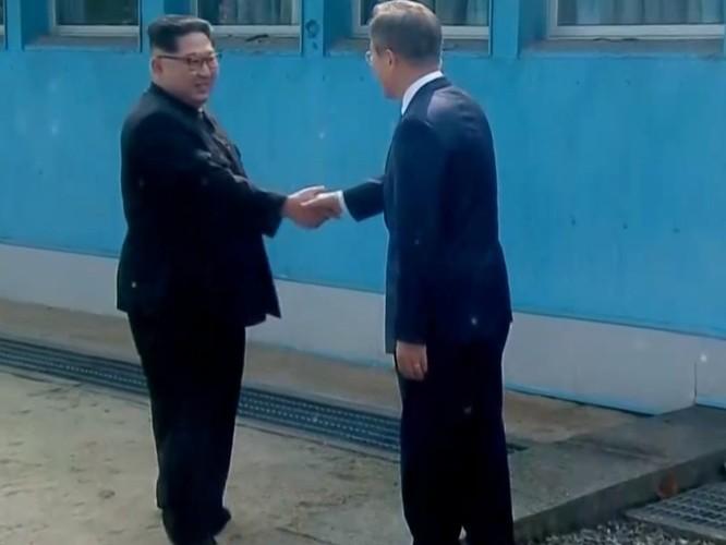 Toàn cảnh cuộc gặp lịch sử giữa Chủ tịch Triều Tiên Kim Jong Un và Tổng thống Hàn Quốc Moon Jae In ảnh 4