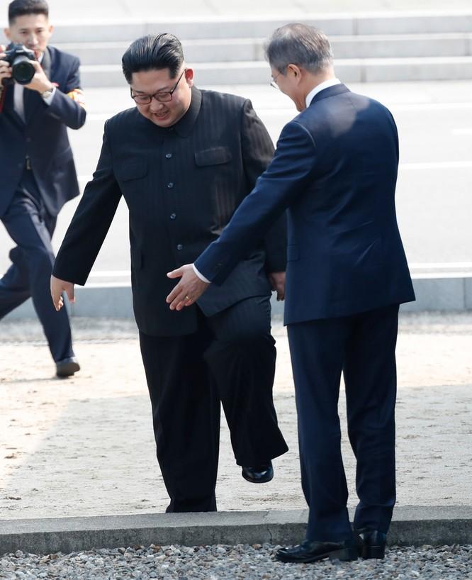 Toàn cảnh cuộc gặp lịch sử giữa Chủ tịch Triều Tiên Kim Jong Un và Tổng thống Hàn Quốc Moon Jae In ảnh 5