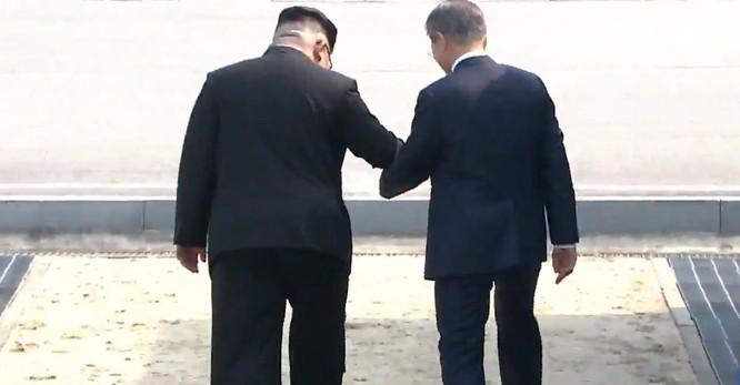 Toàn cảnh cuộc gặp lịch sử giữa Chủ tịch Triều Tiên Kim Jong Un và Tổng thống Hàn Quốc Moon Jae In ảnh 6