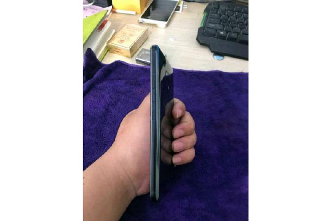 HTC U12+ lộ diện qua ảnh chụp trộm: thiết kế không ấn tượng ảnh 5