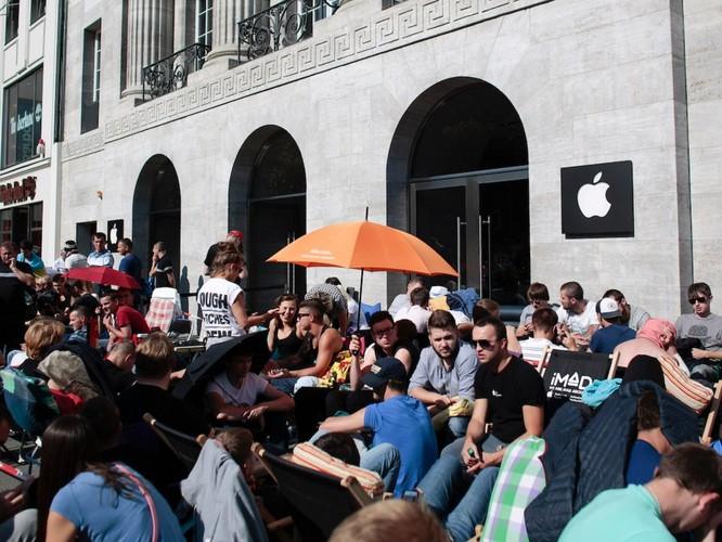"""Người Mỹ xếp hàng dài để mua """"iPhone X nhái"""" ảnh 1"""