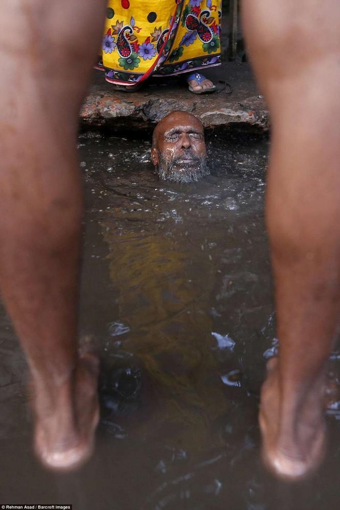 Dọn rác dưới cống đen sì ở Bangladesh – nghề nguy hiểm nhưng nhiều người vẫn cứ làm vì mưu sinh ảnh 11