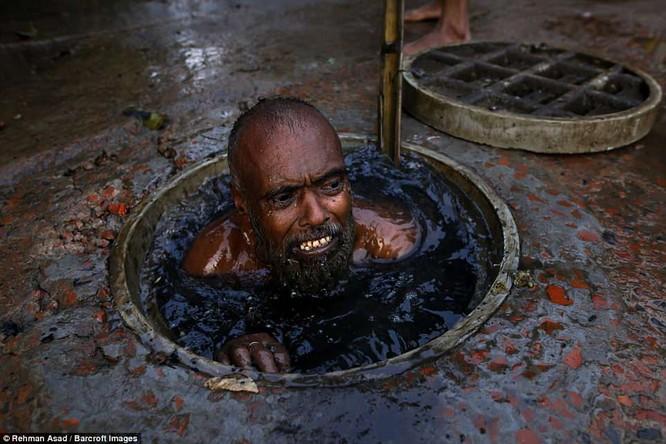 Dọn rác dưới cống đen sì ở Bangladesh – nghề nguy hiểm nhưng nhiều người vẫn cứ làm vì mưu sinh ảnh 2