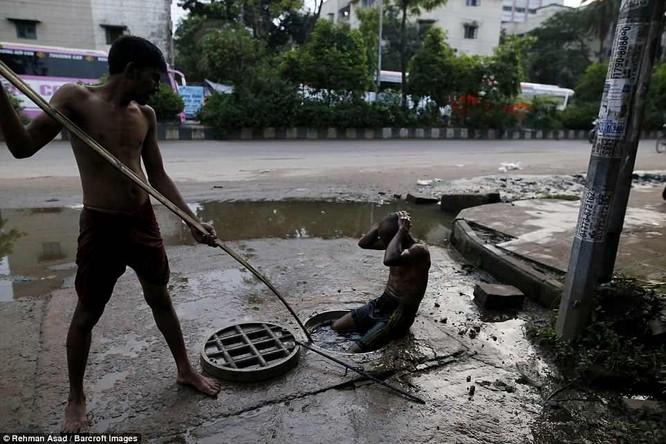 Dọn rác dưới cống đen sì ở Bangladesh – nghề nguy hiểm nhưng nhiều người vẫn cứ làm vì mưu sinh ảnh 4