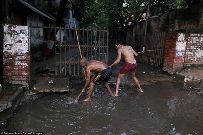Dọn rác dưới cống đen sì ở Bangladesh – nghề nguy hiểm nhưng nhiều người vẫn cứ làm vì mưu sinh ảnh 5