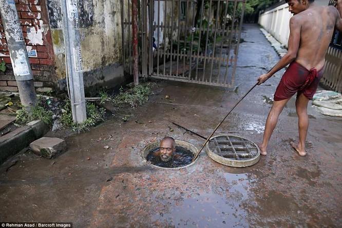 Dọn rác dưới cống đen sì ở Bangladesh – nghề nguy hiểm nhưng nhiều người vẫn cứ làm vì mưu sinh ảnh 6