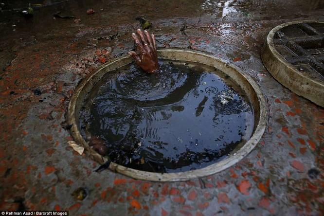 Dọn rác dưới cống đen sì ở Bangladesh – nghề nguy hiểm nhưng nhiều người vẫn cứ làm vì mưu sinh ảnh 8