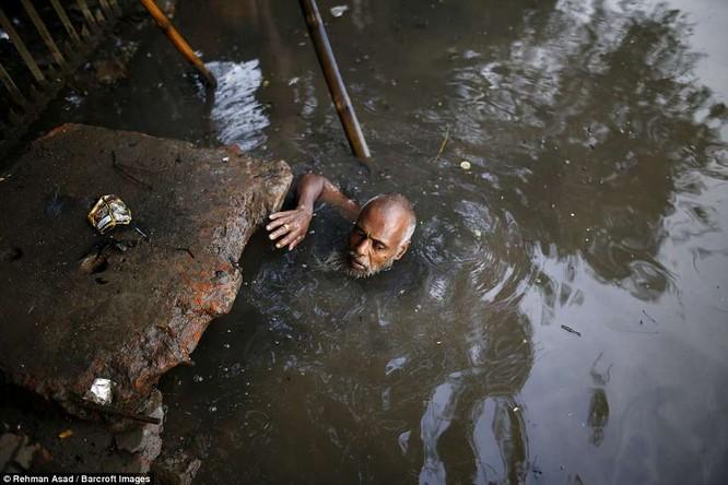 Dọn rác dưới cống đen sì ở Bangladesh – nghề nguy hiểm nhưng nhiều người vẫn cứ làm vì mưu sinh ảnh 9