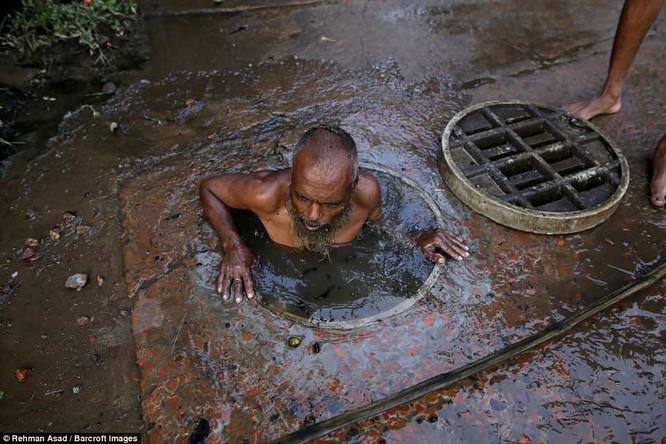 Dọn rác dưới cống đen sì ở Bangladesh – nghề nguy hiểm nhưng nhiều người vẫn cứ làm vì mưu sinh ảnh 10