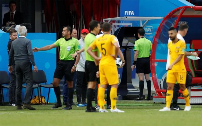 """World Cup 2018: Cột mốc lịch sử được thiết lập khi lần đầu tiên công nghệ VAR được sử dụng để """"tặng"""" cho Pháp quả penalty"""