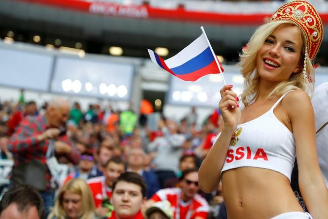 Cổ động viên xinh đẹp của Nga hóa ra là diễn viên phim cấp ba ảnh 1