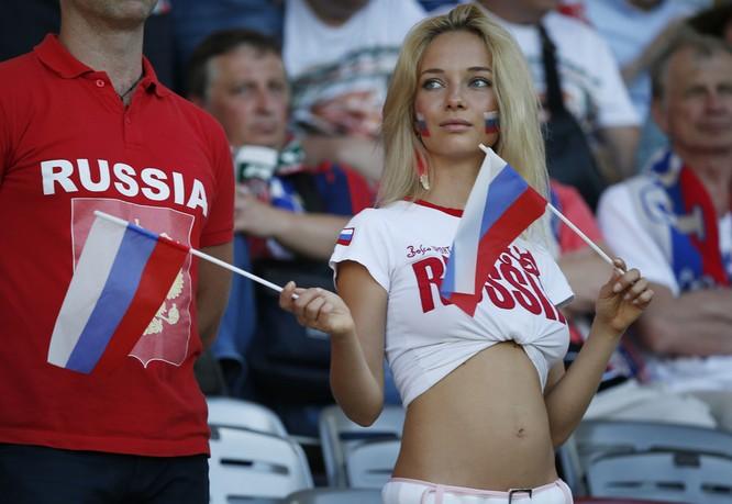 Cổ động viên xinh đẹp của Nga hóa ra là diễn viên phim cấp ba ảnh 2