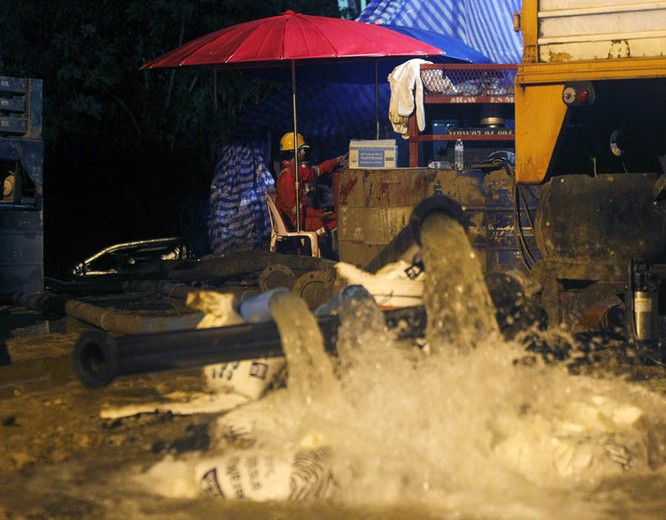 Chùm ảnh những nỗ lực đưa đội bóng thiếu niên Thái Lan ra ngoài hang động ngập lụt ở Chiang Rai ảnh 11