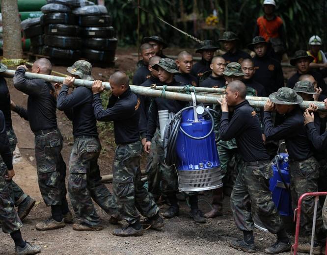 Chùm ảnh những nỗ lực đưa đội bóng thiếu niên Thái Lan ra ngoài hang động ngập lụt ở Chiang Rai ảnh 12
