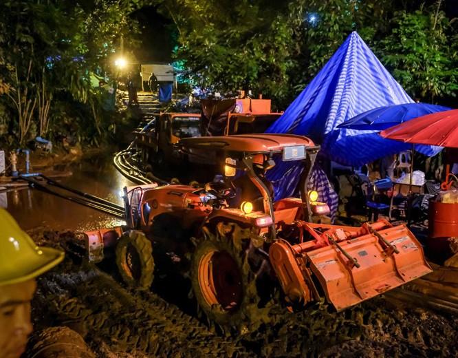 Chùm ảnh những nỗ lực đưa đội bóng thiếu niên Thái Lan ra ngoài hang động ngập lụt ở Chiang Rai ảnh 13