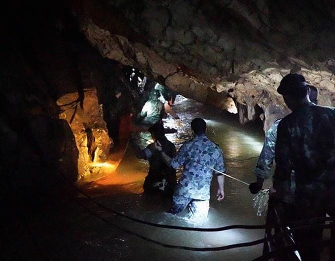 Chùm ảnh những nỗ lực đưa đội bóng thiếu niên Thái Lan ra ngoài hang động ngập lụt ở Chiang Rai ảnh 14