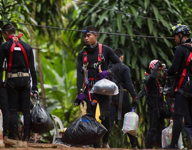Chùm ảnh những nỗ lực đưa đội bóng thiếu niên Thái Lan ra ngoài hang động ngập lụt ở Chiang Rai ảnh 17