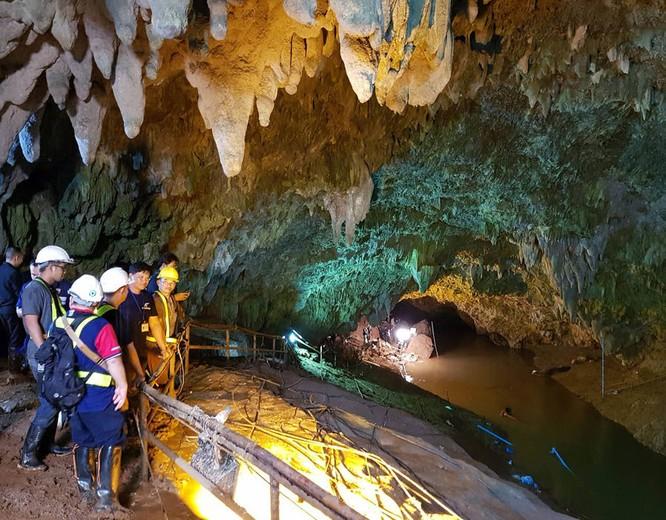 Chùm ảnh những nỗ lực đưa đội bóng thiếu niên Thái Lan ra ngoài hang động ngập lụt ở Chiang Rai ảnh 18