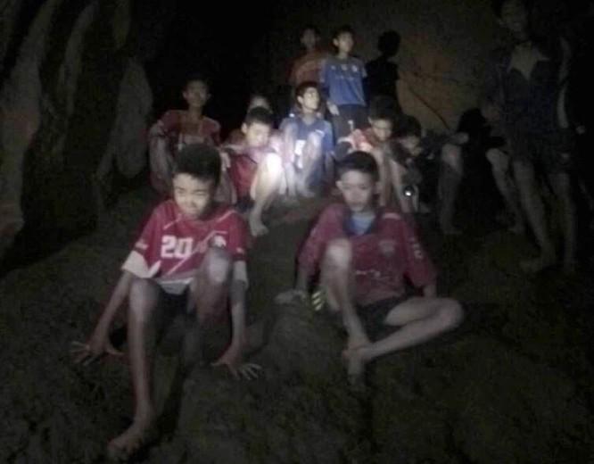 Chùm ảnh những nỗ lực đưa đội bóng thiếu niên Thái Lan ra ngoài hang động ngập lụt ở Chiang Rai ảnh 2