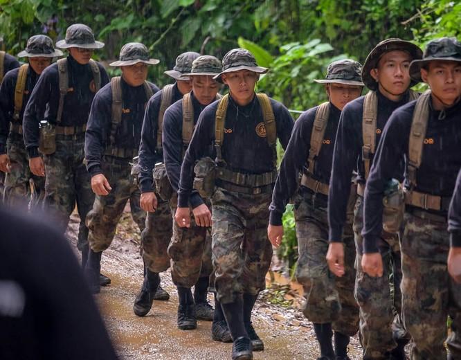 Chùm ảnh những nỗ lực đưa đội bóng thiếu niên Thái Lan ra ngoài hang động ngập lụt ở Chiang Rai ảnh 21