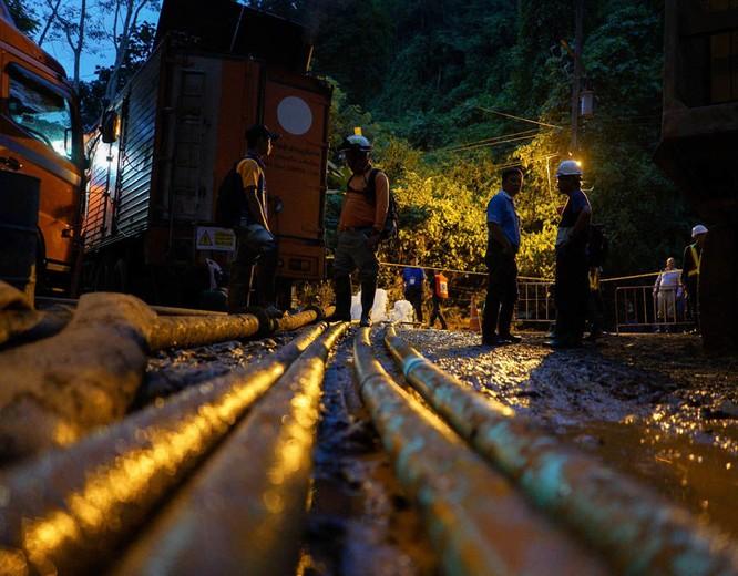 Chùm ảnh những nỗ lực đưa đội bóng thiếu niên Thái Lan ra ngoài hang động ngập lụt ở Chiang Rai ảnh 23