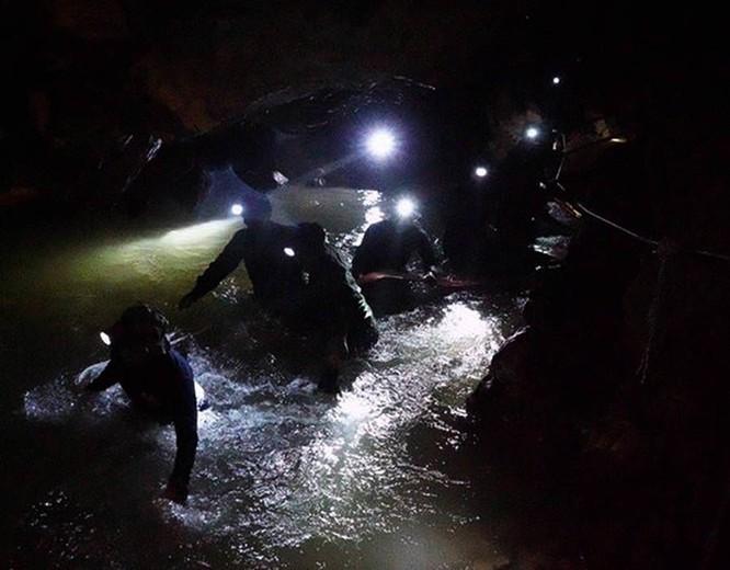 Chùm ảnh những nỗ lực đưa đội bóng thiếu niên Thái Lan ra ngoài hang động ngập lụt ở Chiang Rai ảnh 24
