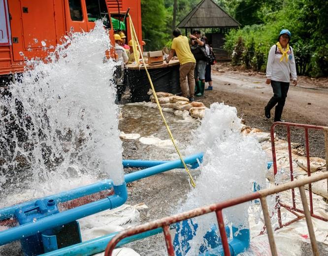 Chùm ảnh những nỗ lực đưa đội bóng thiếu niên Thái Lan ra ngoài hang động ngập lụt ở Chiang Rai ảnh 25