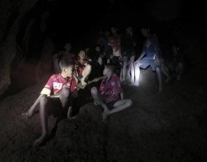Chùm ảnh những nỗ lực đưa đội bóng thiếu niên Thái Lan ra ngoài hang động ngập lụt ở Chiang Rai ảnh 3