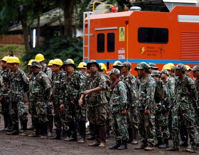 Chùm ảnh những nỗ lực đưa đội bóng thiếu niên Thái Lan ra ngoài hang động ngập lụt ở Chiang Rai ảnh 30