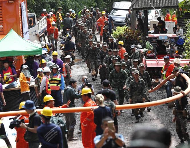 Chùm ảnh những nỗ lực đưa đội bóng thiếu niên Thái Lan ra ngoài hang động ngập lụt ở Chiang Rai ảnh 4