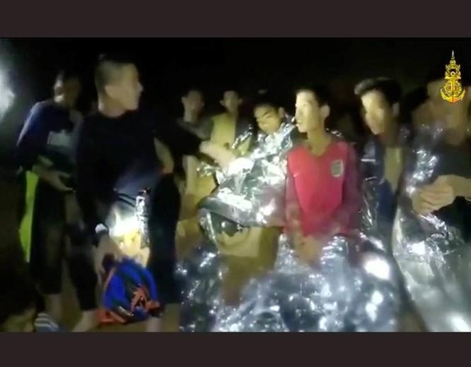 Chùm ảnh những nỗ lực đưa đội bóng thiếu niên Thái Lan ra ngoài hang động ngập lụt ở Chiang Rai ảnh 7